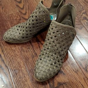 Fergalicious shoes/boot with back zipper, S 8, NWT